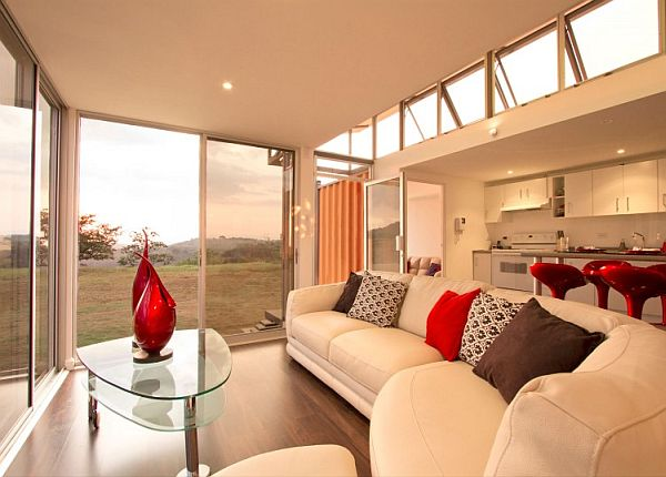 Un salón con vistas y cocina abierta.