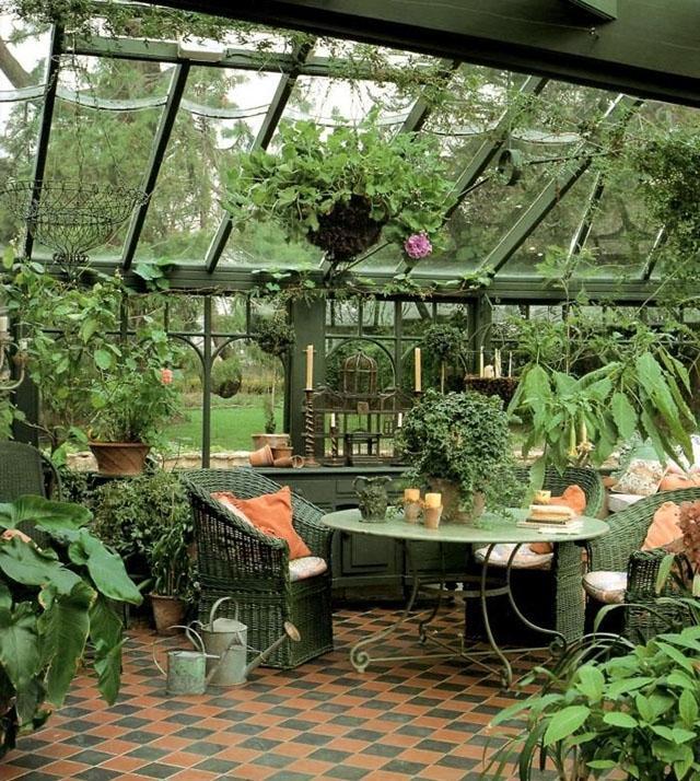 Jardín de interior con rincón relajante.