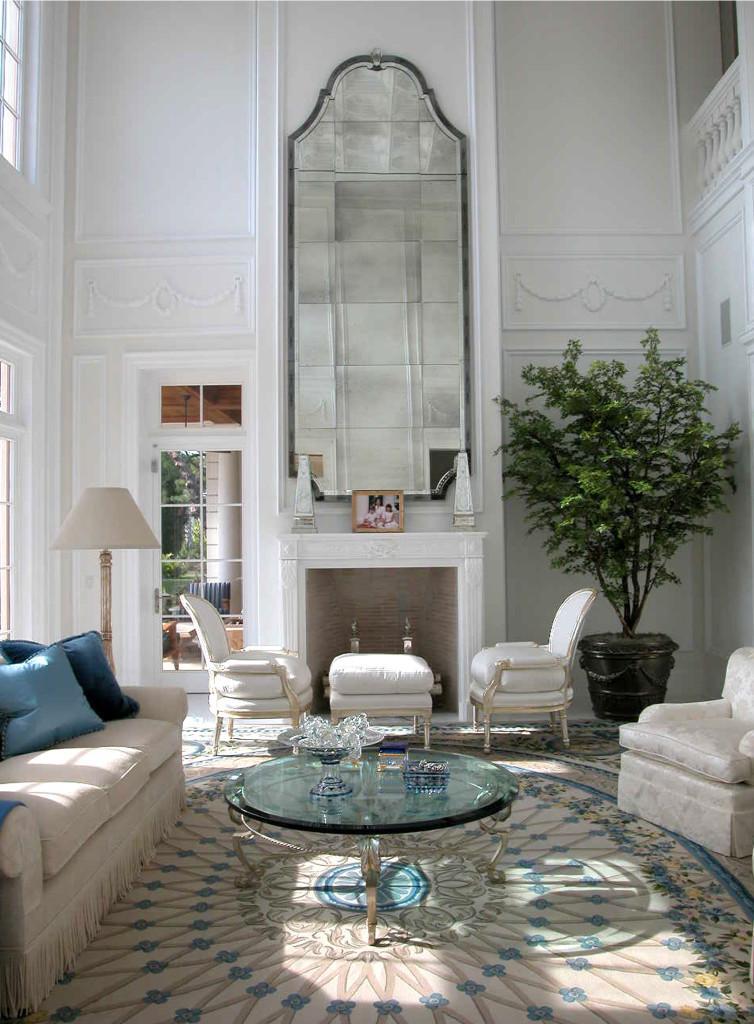 Con un espejo de grandes dimensiones sobre la chimenea.