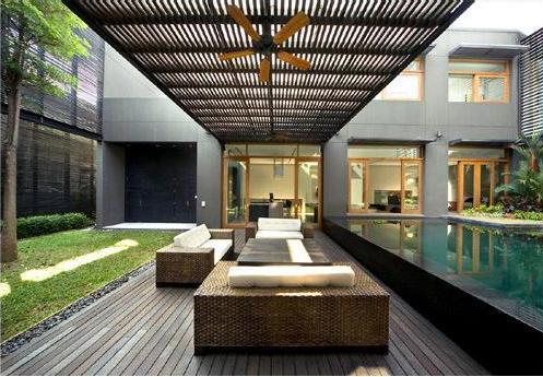 Magnífica zona de relax junto a la piscina.