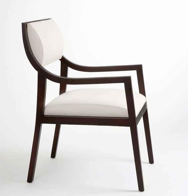Un moderno diseño de sillón con formas rectas y curvas.