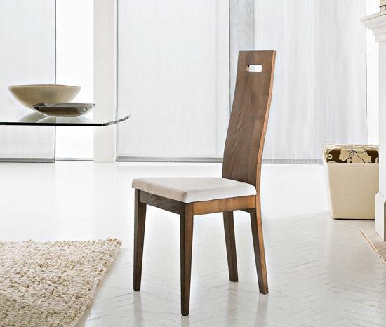 Una estilizada silla de madera, con asiento mullido.