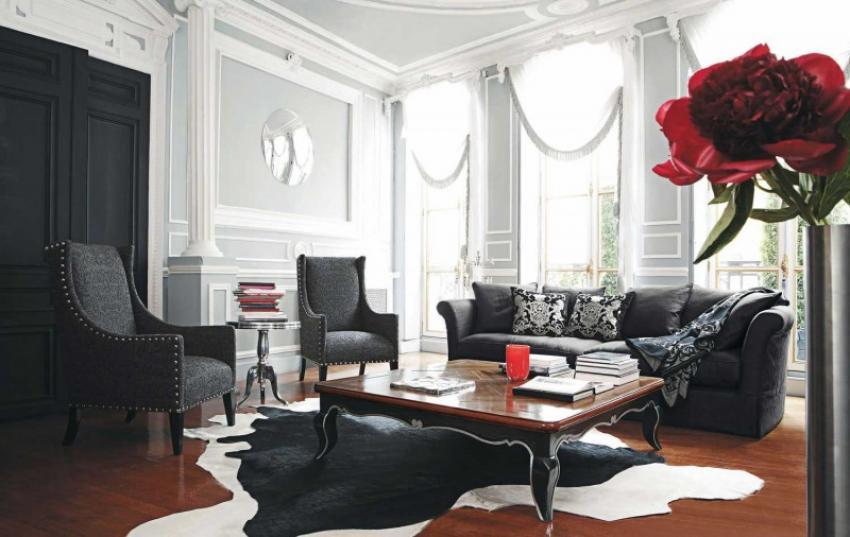 Salón de estilo clásico con molduras y altas ventanas.