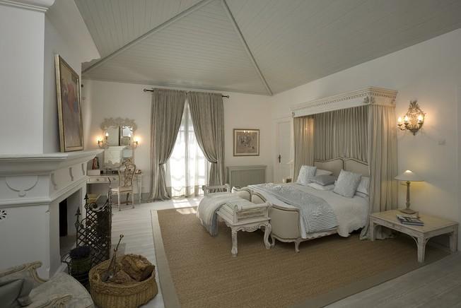 Un dormitorio clásico en esta gama de tonos.