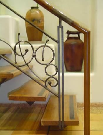 Sencillo y moderno modelo de hierro y madera.