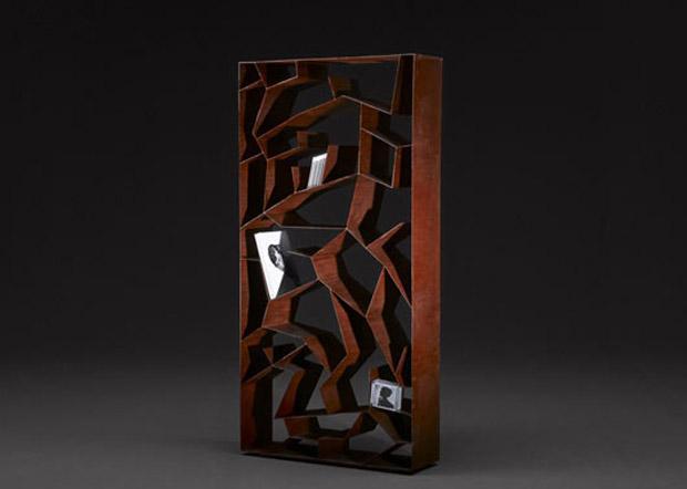Rectángulo de madera, con formas orgánicas dentro.