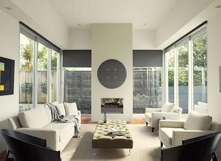 Un salón moderno blanco y tonos neutros.