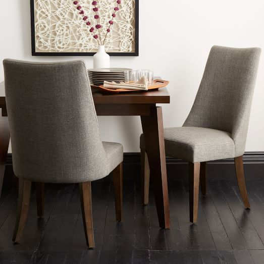 Sillas con patas de madera y confortable respaldo.