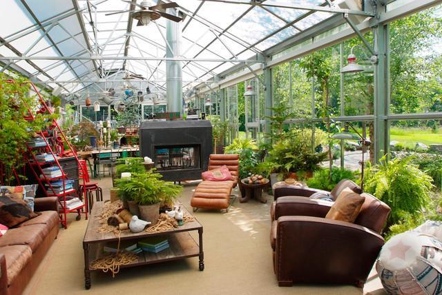 Estupendo salón en el invernadero, con chimenea y chaise longue.