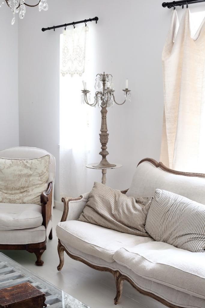 Sofá y sillón, tapizados en color blanco.