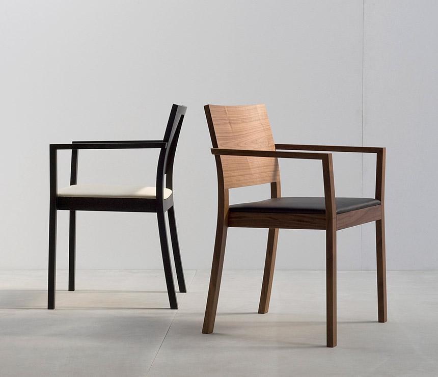 minimalista, de madera con respaldo bajo.
