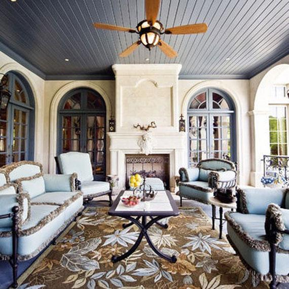 Un completo salón con chimenea en el porche.