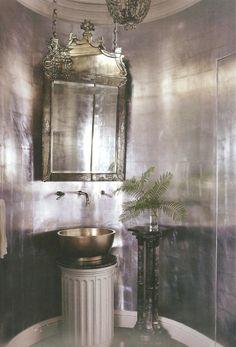 Elegante baño cubierto de pan de plata.