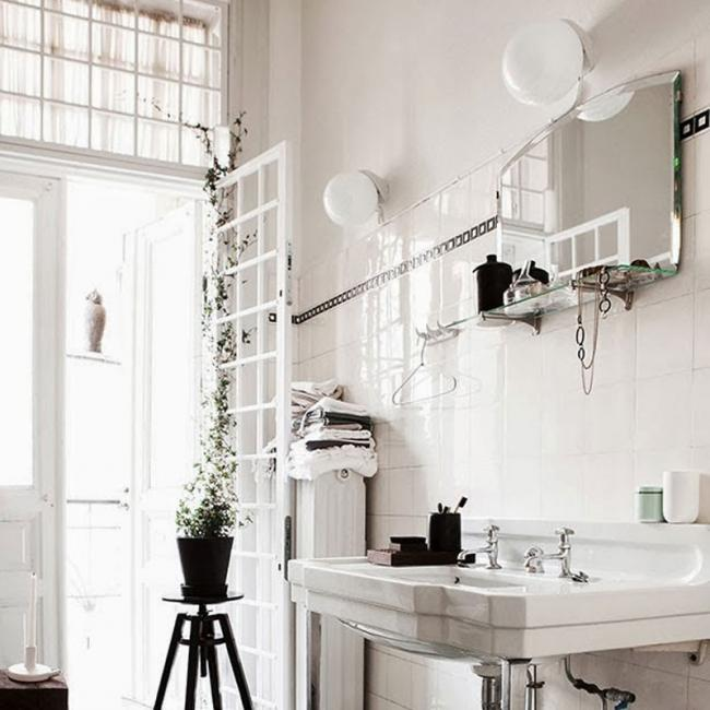 Baño blanco con detalles negros.