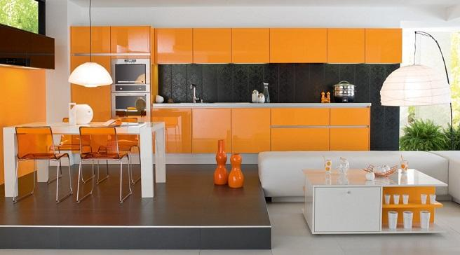 Blanco, naranja y negro coordinados en esta cocina.