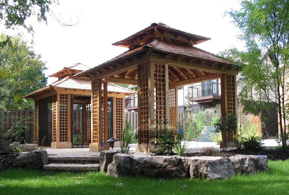 Estilo oriental en dos pérgolas de jardín.