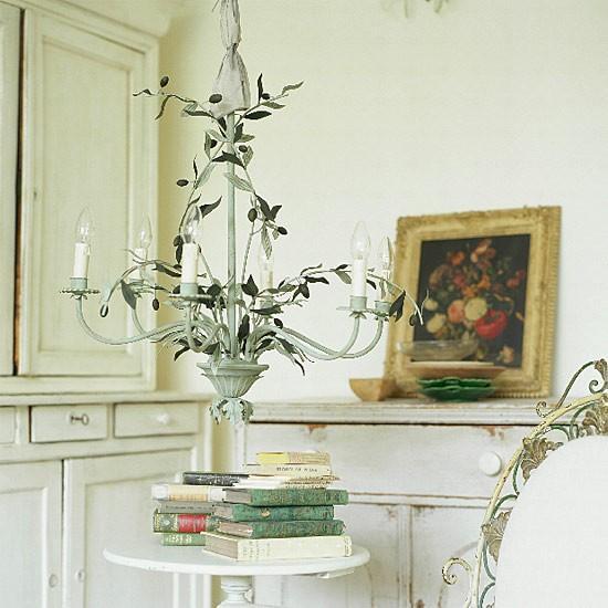 Una lámpara de metal con motivos florales.