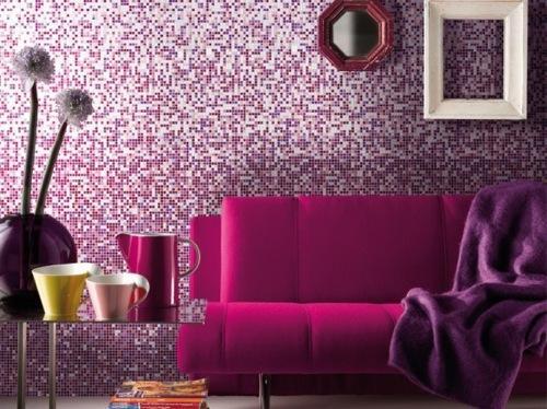 Tonos violeta y rosa intenso en el salón.