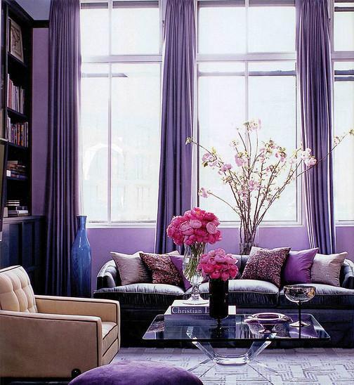 Con altas ventanas y largas cortinas.