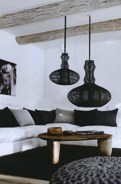 Salón rústico en blanco, negro y madera.