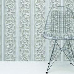 Talla con un altorelieve de volutas pintadas en blanco.
