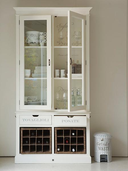 Alacena blanca con espacio para el vino.