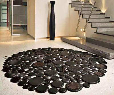Una curiosa alfombra formada por círculos de diferentes tamaños.
