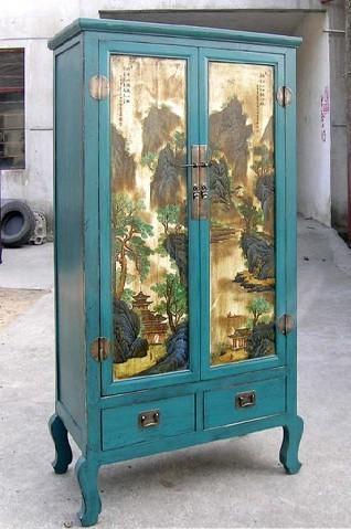 Con puertas pintadas con un paisaje.