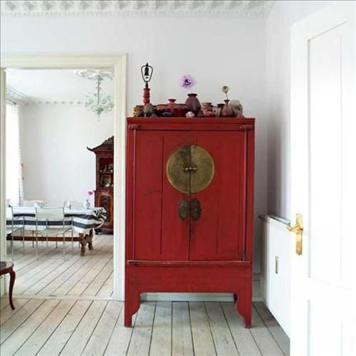 Armario en un tono rojo tradicional.