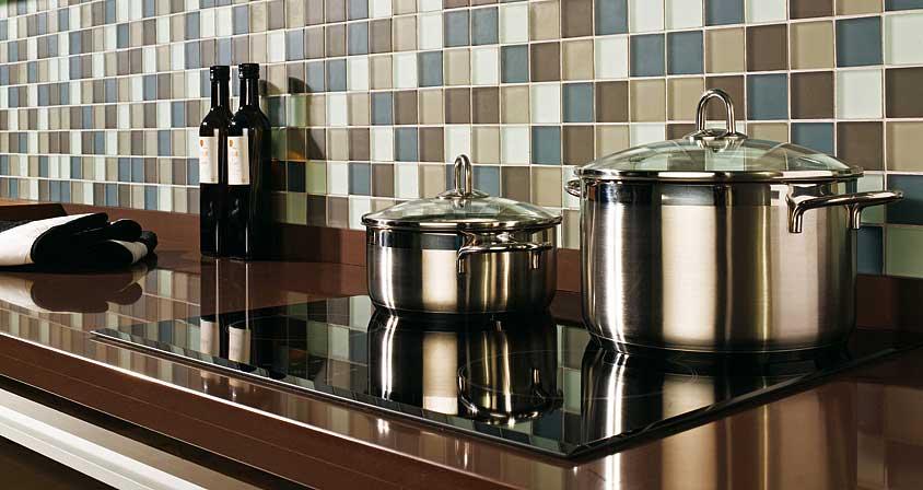 Cocina con azulejos de cristal con forma de gresite.