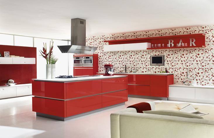 Rojo y blanco los colores elegidos en esta cocina.