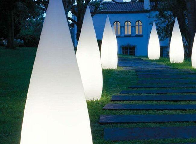 Lámparas de jardín de forma cónica.