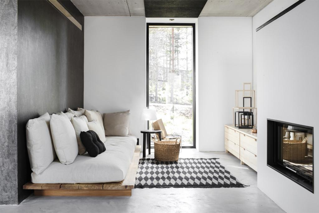 Un pequeño salón pintado en los dos colores.