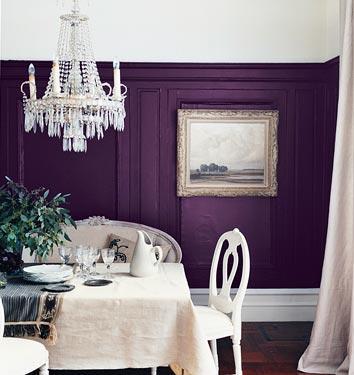 Comedor clásico en blanco y violeta profundo.
