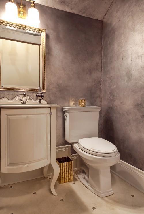 Pintura plata en el cuarto de baño.