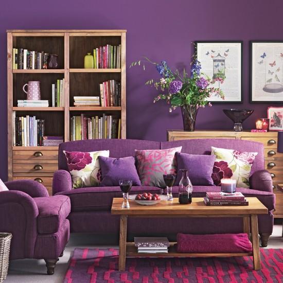 Tonos de madera clara y violeta intenso.