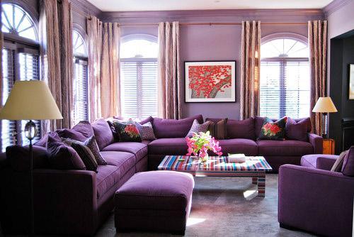 Salón con una combinación de tonos violeta.