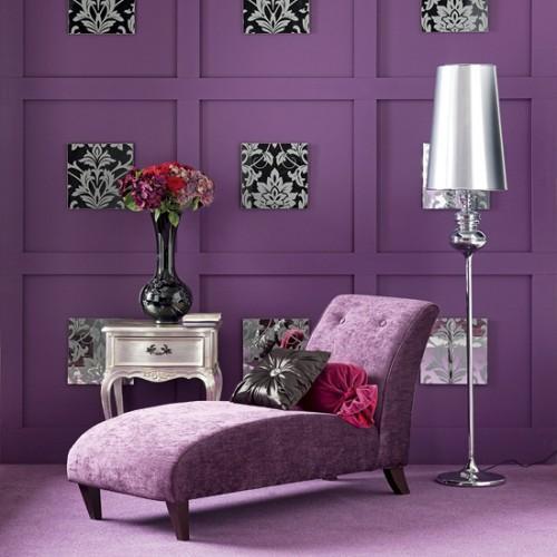 Moderno rincón en violeta, negro y plata.
