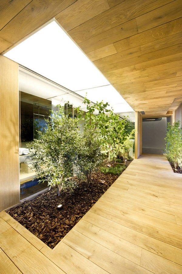 Un jardín de interior con plantas artificiales.