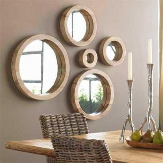 Con marcos de madera en tonos claros.
