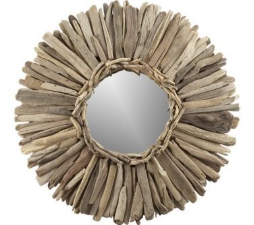 Marco fabricado con trozos de madera formando un circulo.