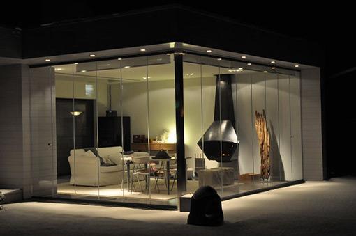Zona de la casa con cortinas de cristal.