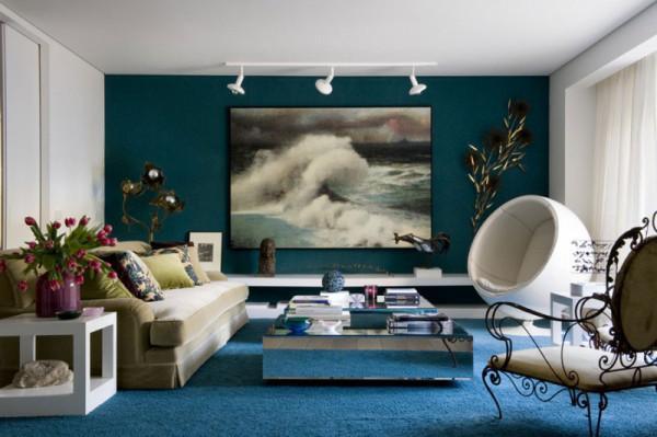 Ecléctico  y moderno salón en azul y blanco.