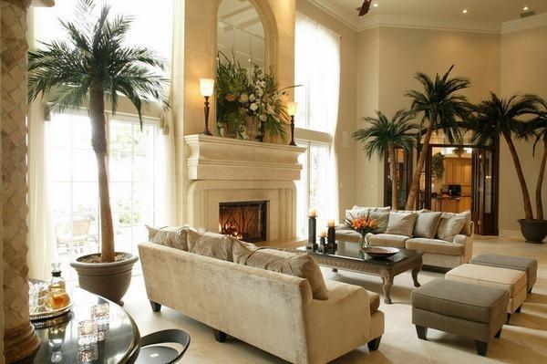 Un gran salón con altas palmeras artificiales.