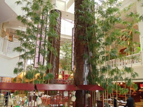 Bambú artificial en un centro comercial.