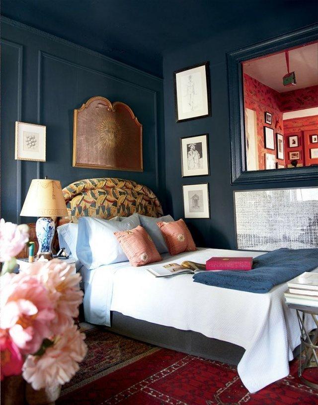 Dormitorio pintado en Azul de Prusia estilo boho.
