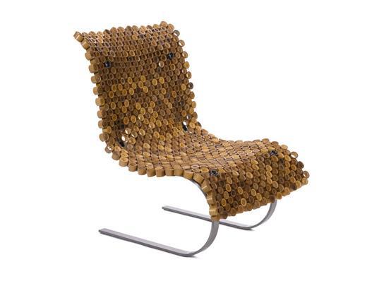 Un moderno sillón de caña y metal.