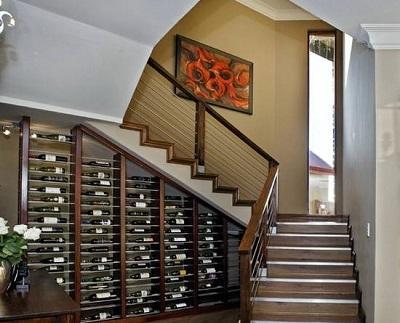 Interesante  diseño bajo la escalera.