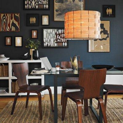 Un moderno salón pintado de azul de prusia.