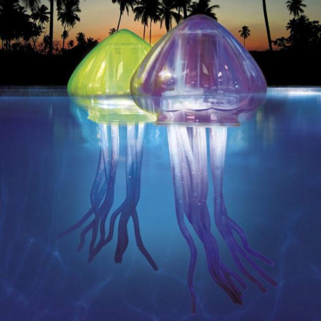 Una lámpara flotante para la piscina.